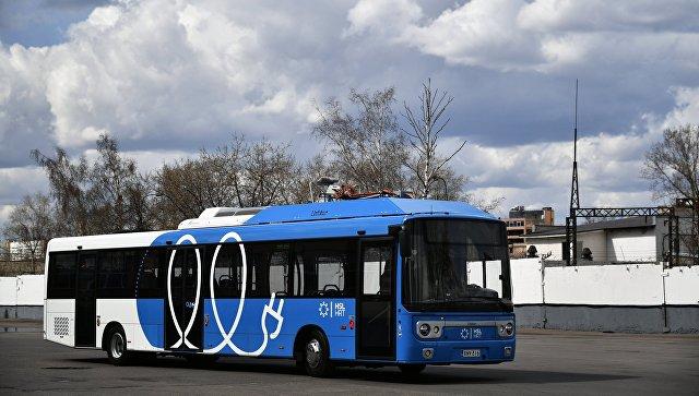 Новый электробус с возможностью зарядки на маршруте во время презентации в Москве