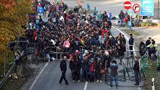 Немецкие полицейские сопровождают мигрантов на юге Германии. Архивное фото
