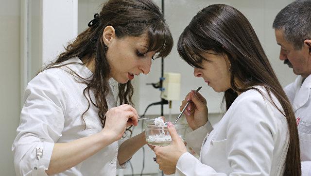 Руководитель лаборатории прогрессивных полимеров Кабардино-Балкарского государственного университета им. Х. М. Бербекова Светлана Хаширова (слева)