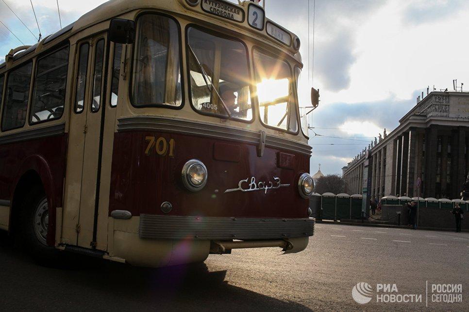 Ретро-троллейбус на улице Воздвиженка