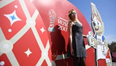 Девушка на церемонии открытия Парка Кубка Конфедераций 2017 на территории парка искусств Музеон