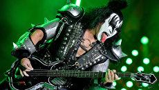 Музыкант группы Kiss Джин Симмонс выступает на концерте в СК Олимпийский в Москве