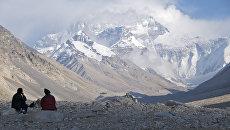 Туристы на фоне горы Эверест. Архивное фото