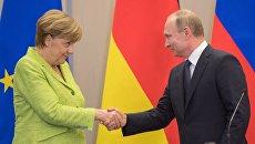 Президент РФ Владимир Путин и федеральный канцлер ФРГ Ангела Меркель во время совместной пресс-конференции по итогам встречи. 2 мая 2017