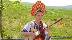Азы мастерства от Девушки-оркестра из Бишкека: народные мелодии на древней лютне
