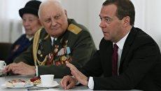 Председатель правительства РФ Дмитрий Медведев во время встречи в Смоленске с ветеранами Великой Отечественной войны. 3 мая 2017