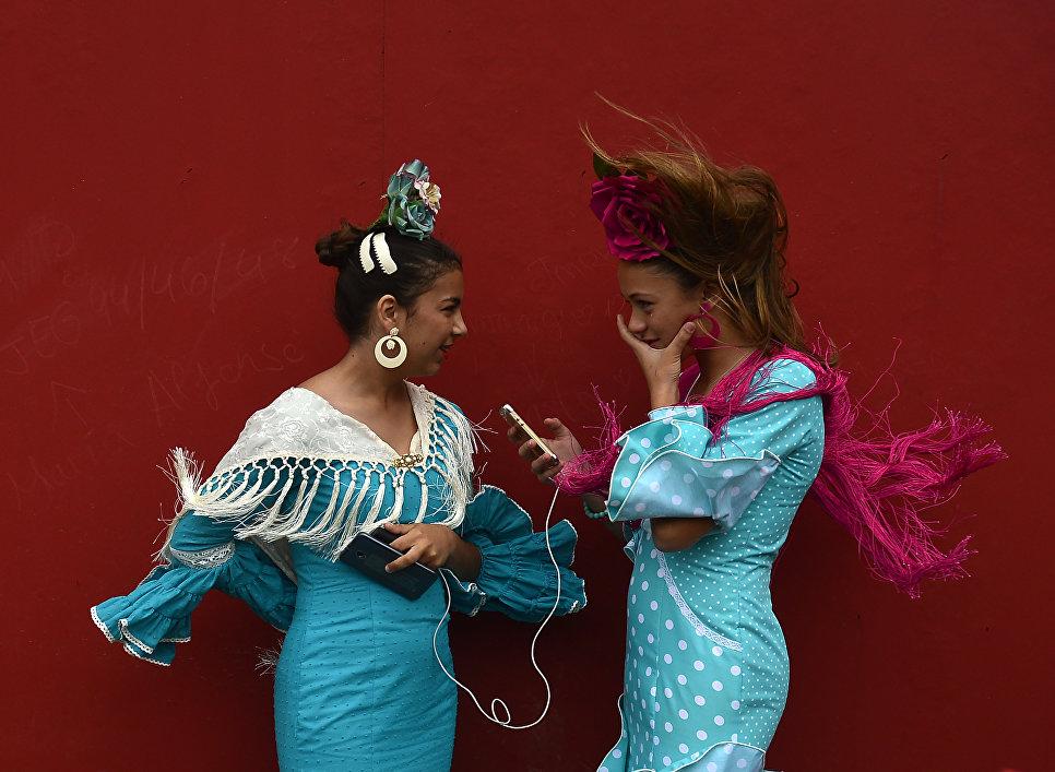Девушки на Севильской апрельской ярмарке