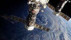 Российские космические корабли Союз и Прогресс на фоне нашей планеты. Архивное фото