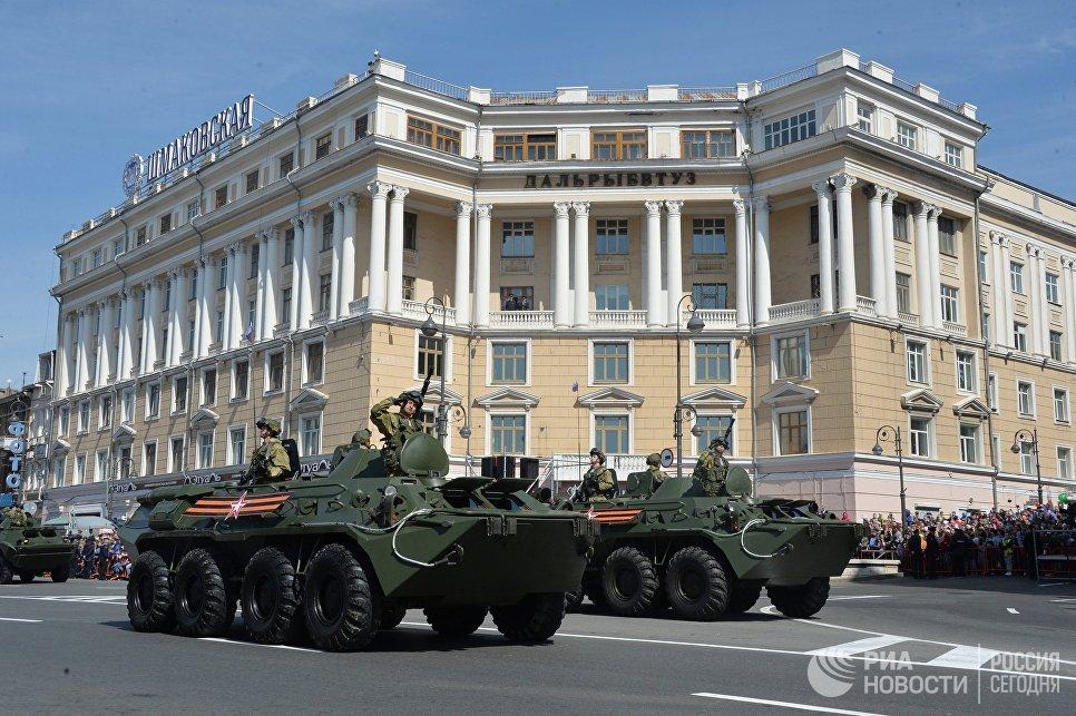 БТР-80 во время военного парада во Владивостоке, посвящённого 72-й годовщине Победы в Великой Отечественной войне 1941-1945 годов