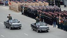 Командующий парадом генерал-майор Рустам Мурадов (слева) и командующий 41-й общевойсковой армией генерал-лейтенант Алексей Завизьон во время военного парада на площади им Ленина в Новосибирске, посвящённого 72-й годовщине Победы в Великой Отечественной войне 1941-1945 годов