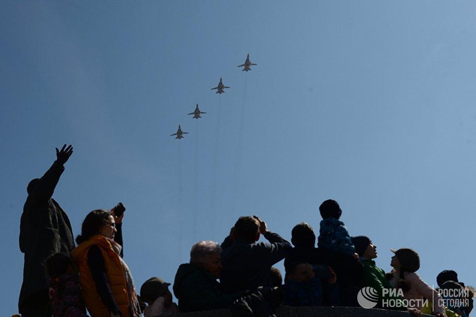 Тактические фронтовые бомбардировщики СУ-24М во время военного парада, посвященного 72-й годовщине Победы в Великой Отечественной войне 1941-1945 годов, в Екатеринбурге