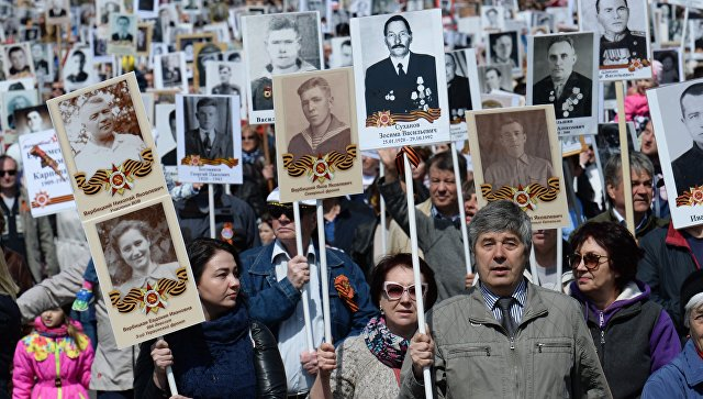 Участники марша Бессмертный полк во Владивостоке