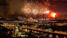 Праздничный салют в честь Дня Победы на Воробьевых горах в Москве