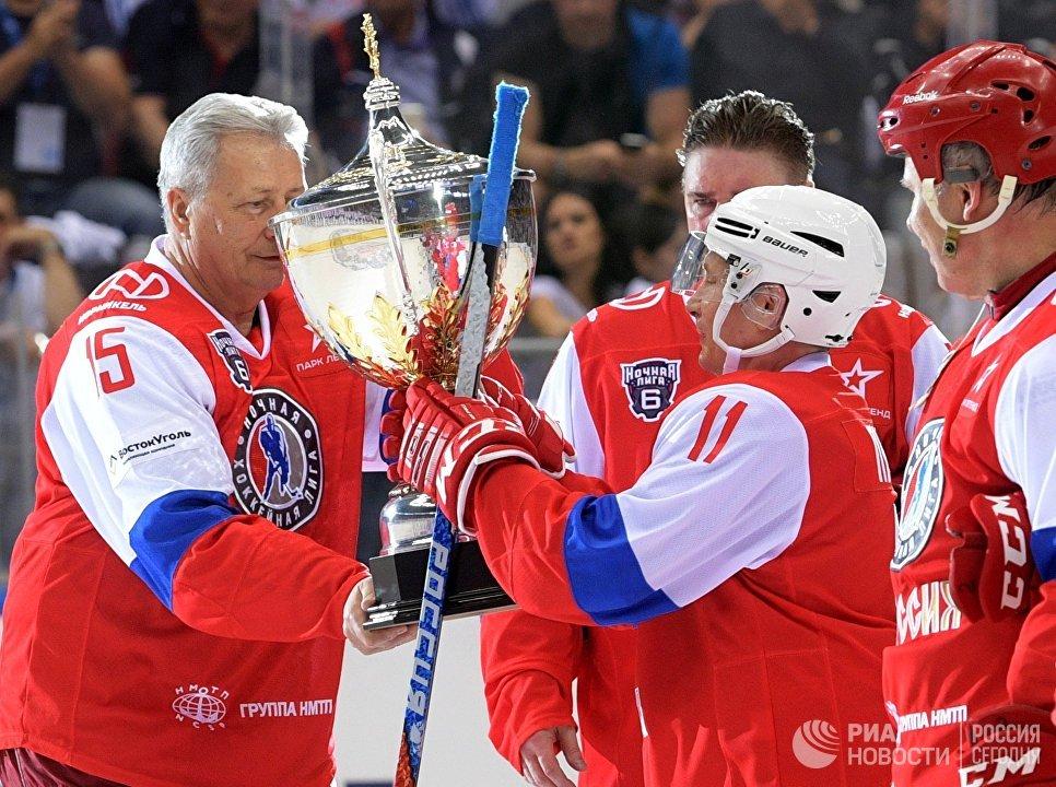 Президент РФ Владимир Путин после окончания гала-матчя VI Всероссийского фестиваля Ночной хоккейной лиги в ледовом дворце Большой Олимпийского парка Сочи