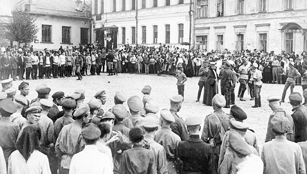 Молебен на улице Москвы в дни июньского наступления на фронте во время Первой мировой войны