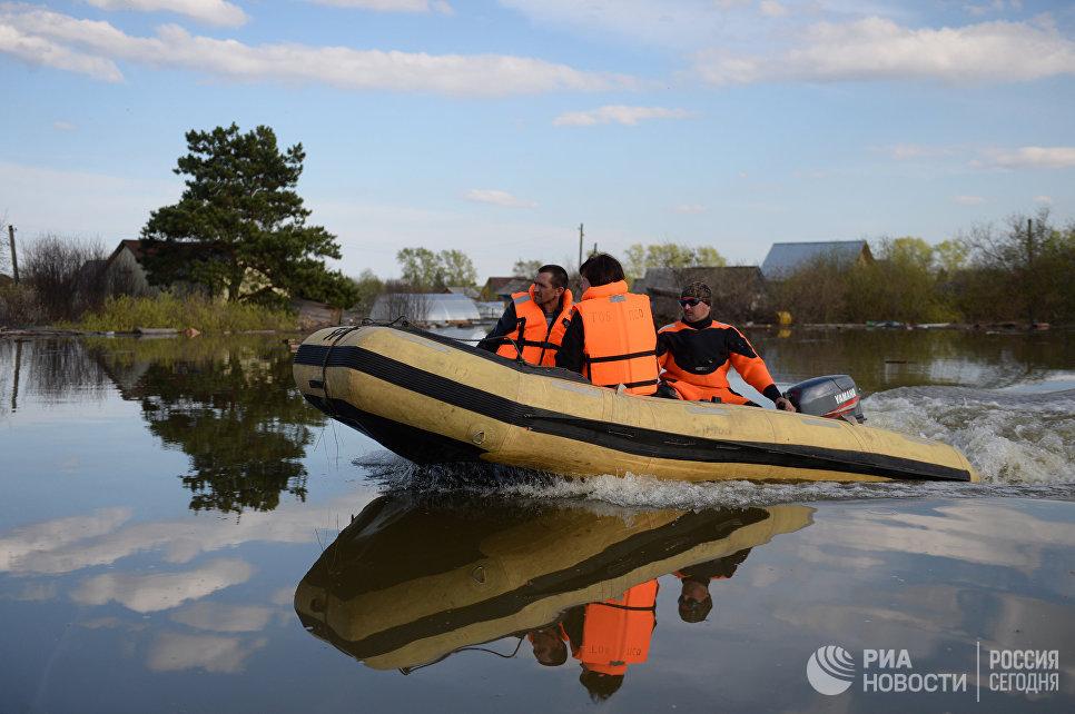 Спасатели МЧС РФ в районе половодья. Архивное фото