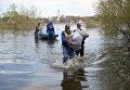 Спасатели МЧС РФ в городе Ишим Тюменской области, подтопленного в результате сильного поднятия воды в реках Ишим и Карасуль