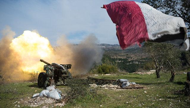 Артиллеристы сирийской армии ведут стрельбу на позициях в провинции Идлиб. Архивное фото