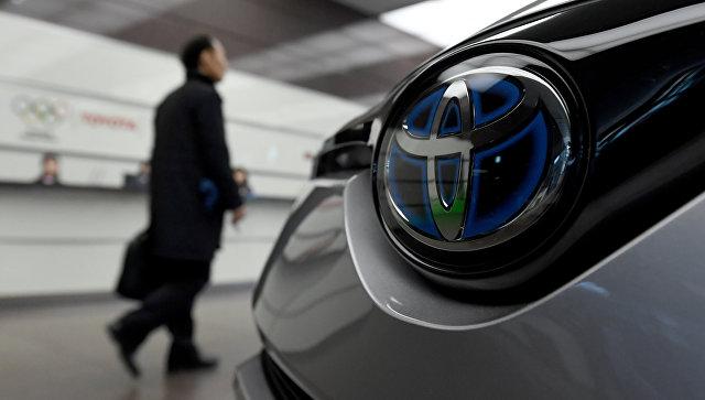 Посетитель в здании штаб-квартиры компании Toyota Motors в Токио. Архивное фото