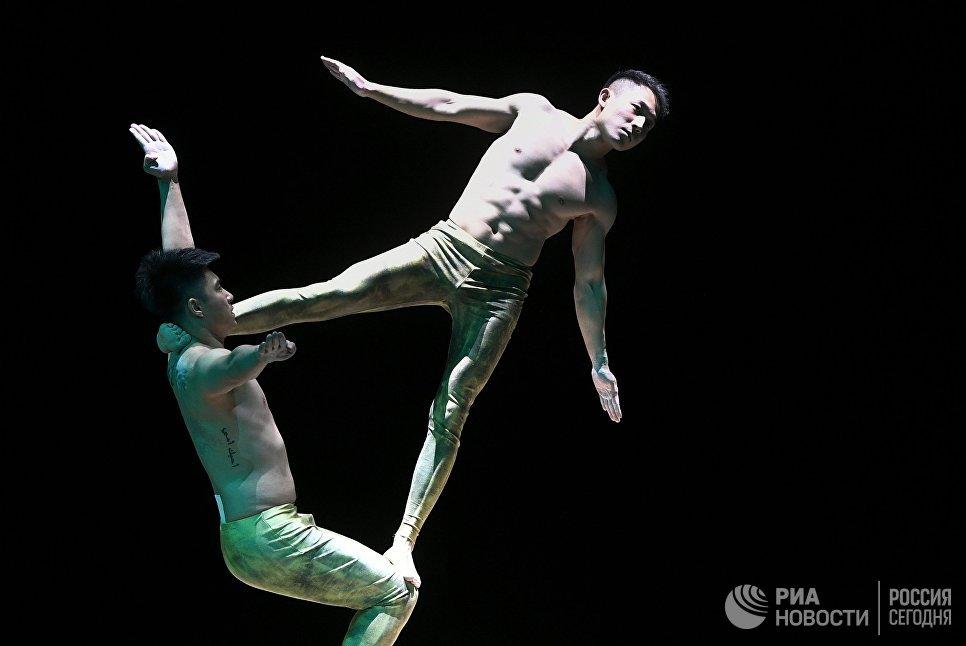 Акробатический номер Императорского Пекинского цирка во время выступления в Вегас Сити Холле