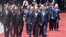 Церемония совместного фотографирования участников круглого стола Международного форума Один пояс, один путь перед конгресс-центром Яньциху в Пекине. 15 мая 2017 года