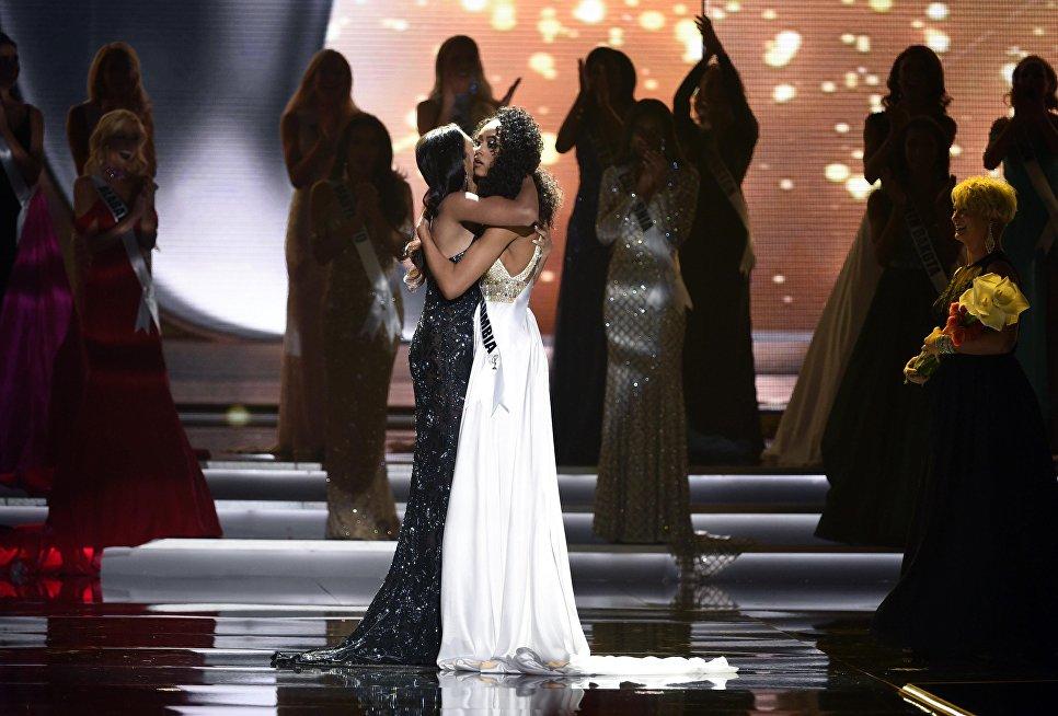 Мисс Нью-Джерси Чави Верг поздравляет Кару Маккаллоу с победой в конкурсе Мисс США в Лас-Вегасе