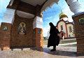 Монахиня в женском монастыре Святых Первоверховных апостолов Петра и Павла в селе Петропавловка Хабаровского края