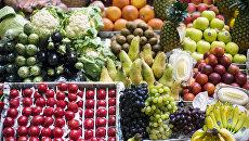 Фрукты и овощи на прилавке. Архивное фото