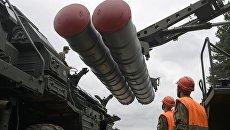 Перезарядка зенитного ракетного комплекса С-400 Триумф во время учений в Московской области. 17 мая 2017