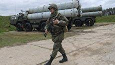 Военнослужащий рядом с зенитными ракетными комплексами С-400 Триумф во время учений в Московской области. 17 мая 2017