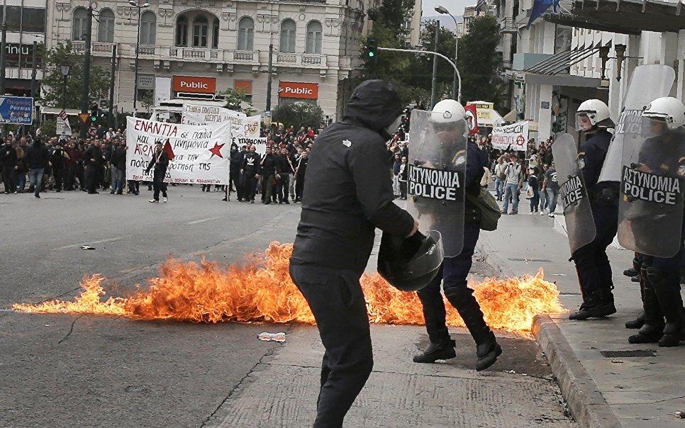 Столкновения между протестующими и полицией во время 24-часовой забастовки в Афинах, Греция. 17 мая 2017