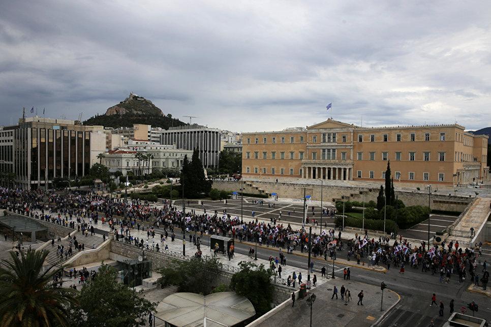 Демонстранты на улице Афин во время 24-часовой забастовки в Греции. 17 мая 2017