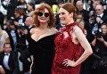Актрисы Сьюзан Сарандон и Джулианна Мур на красной дорожке церемонии открытия 70-го Каннского международного кинофестиваля