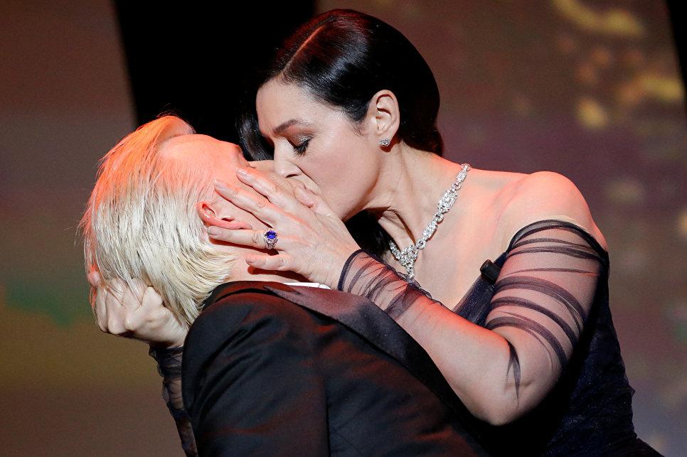 Актриса Моника Беллуччи целует актера Алекса Лутца на сцене на церемонии открытия 70-го Каннского международного кинофестиваля