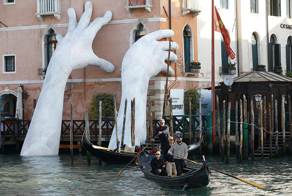 Инсталляция итальянского художника Лоренцо Куинна под названием Поддержка на 57-й Венецианской биеннале
