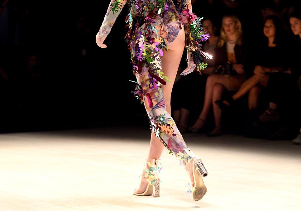 Модель демонстрирует одежду марки Evol во время Недели моды в Австралии