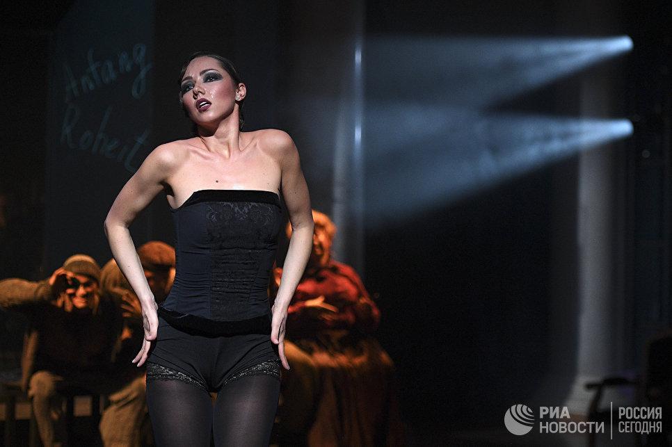 Актриса Ксения Лисанская в роли Анны II в сцене из спектакля Семь смертных грехов в театре Геликон-опера в Москве