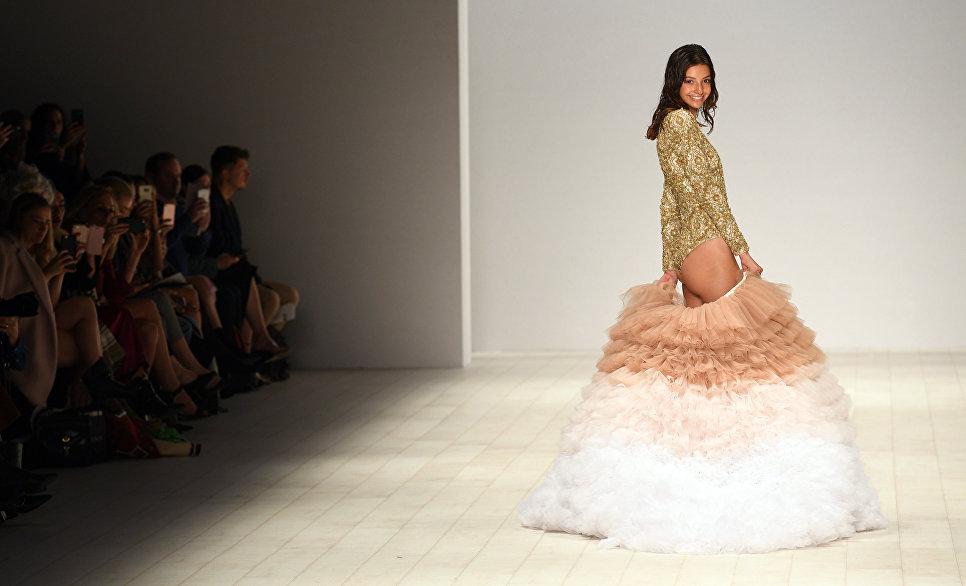 Модель во время показа одежды марки Aqua Blu на неделе моды в Австралии