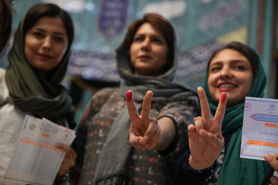 Женщина на избирательном участке в Тегеране после голосования