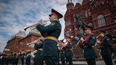 Музыканты военного оркестра во время открытия концертной программы Военные оркестры в парках