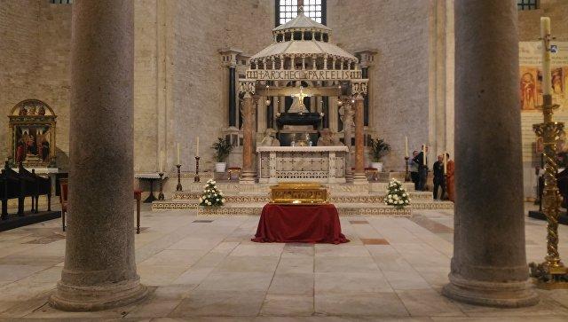 Ковчег с частицей мощей святителя Николая Чудотворца в алтаре базилики святителя Николая Чудотворца в Бари. Архивное фото