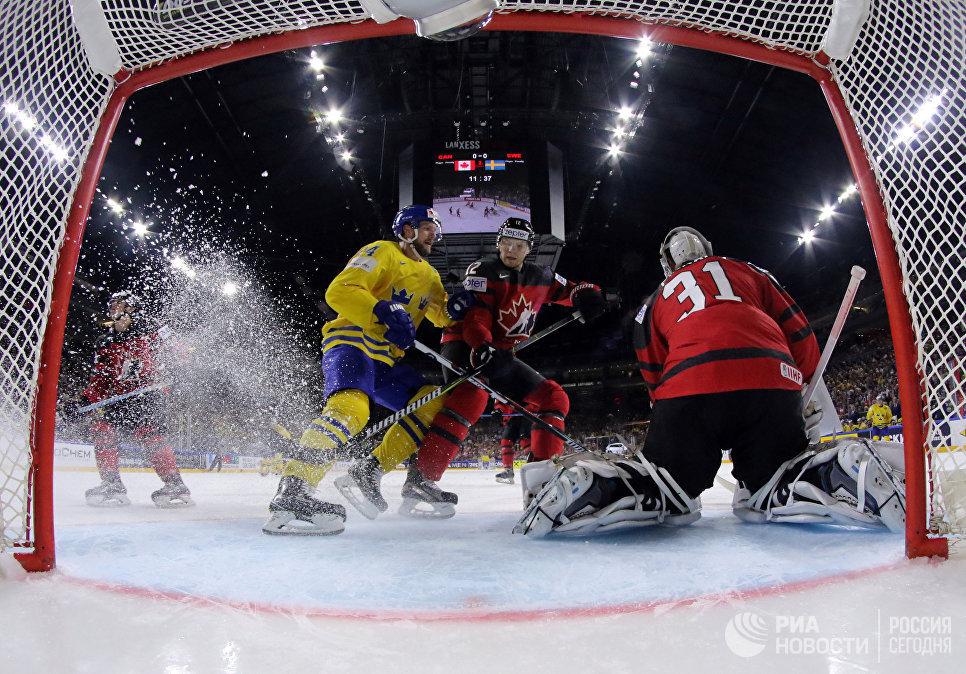 Игровой момент в финальном матче чемпионата мира по хоккею 2017 между сборными командами Канады и Швеции