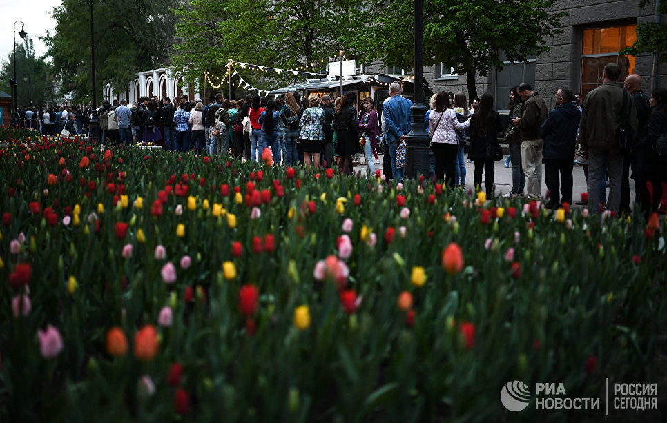 Посетители во время международной акции Ночь музеев в очереди в Третьяковскую галерею в Лаврушинском переулке Москвы