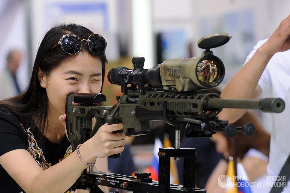 Посетительница у экспоната на 8-й Международной выставке вооружения и военной техники Milex-2017 в Минске