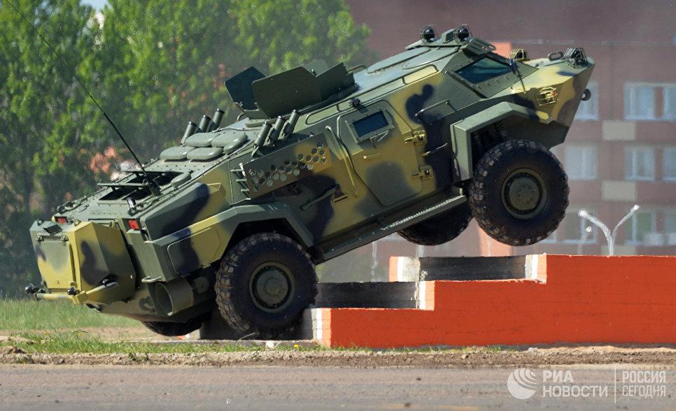Мобильное бронированное транспортное средство Кайман белорусского производства на 8-й Международной выставке вооружения и военной техники Milex-2017 в Минске
