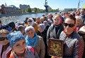 Верующие стоят в очереди к храму Христа Спасителя, где находится ковчег с мощами святителя Николая Чудотворца