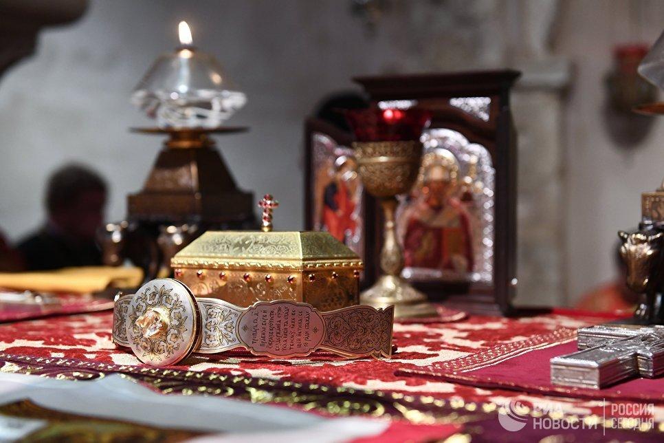 Ковчег с мощами святителя Николая Чудотворца в крипте Базилики Свт. Николая в Бари