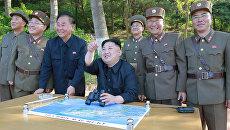Северокорейский лидер Ким Чен Ын во время пуска ракеты Пуккыксон-2