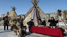 У ледового дворца Таймыр участников и зрителей встречали чумы и местные коренные жители