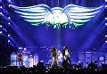 Солист американской группы Aerosmith Стивен Тайлер (слева) во время концерта в спорткомплексе Олимпийский в Москве